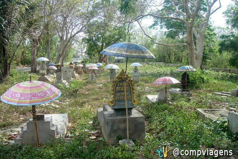 Cemitério com guarda chuvas, de acordo com a cultura balinesa