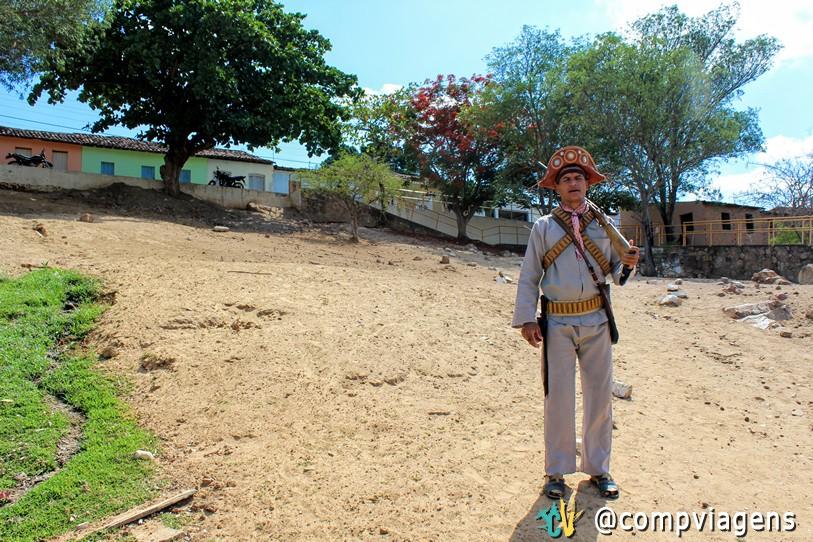 Cícero faz trabalho de guia em Entremontes, vestido de Lampião
