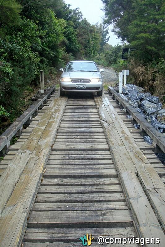 Cruzando uma pequena ponte com nosso carro alugado no Parque Nacional Kharangi, Nova Zelândia