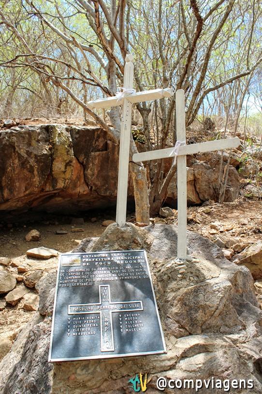 Lápide com os nomes de Lampião, Maria Bonita e outros nove cangaceiros mortos na Grota do Angico