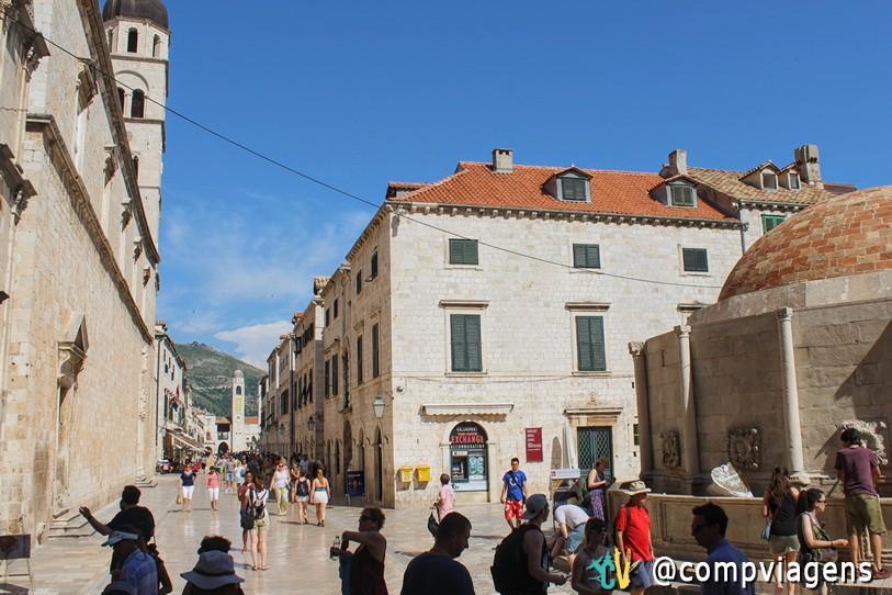 A rua principal do centro histórico, Placa