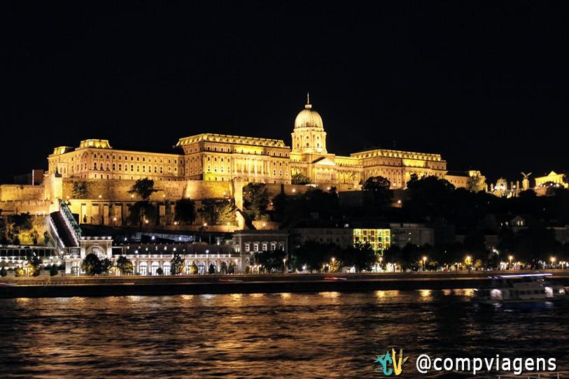 Castelo de Buda iluminado