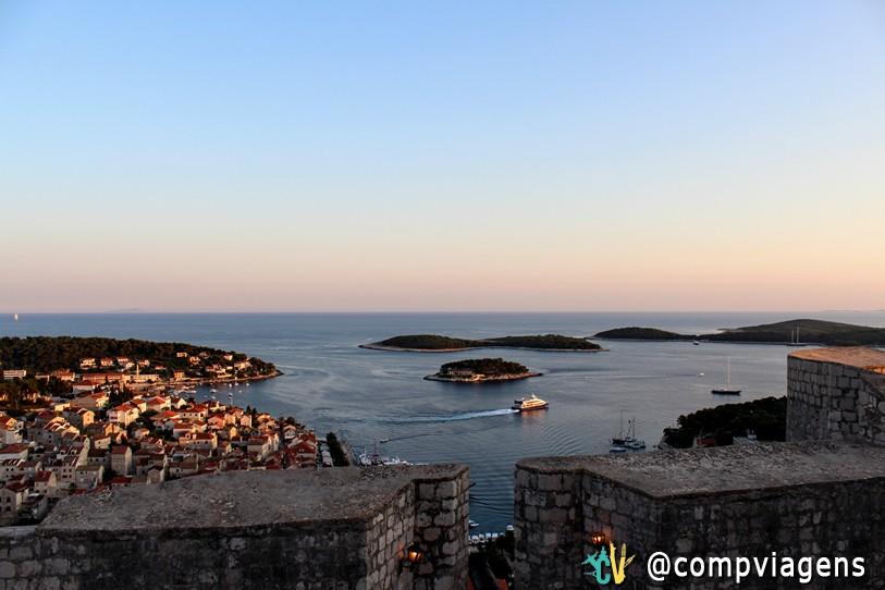 Vista do Spanjola para as ilhas Pakleni e centro histórico de Hvar