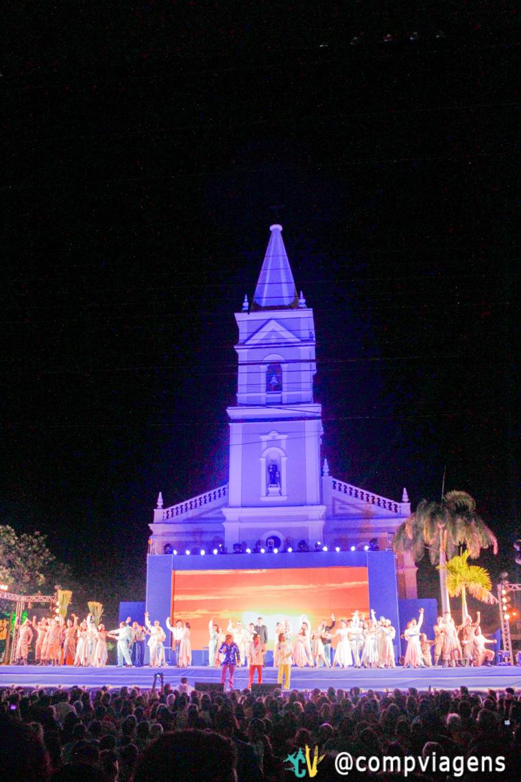 Chuva de Bala no País de Mossoró é apresentado em frente a Igreja São Vicente, onde o fato histórico aconteceu