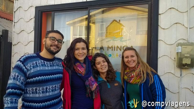 Fred, eu, Camila e Julie na frente do La Minga Hostel