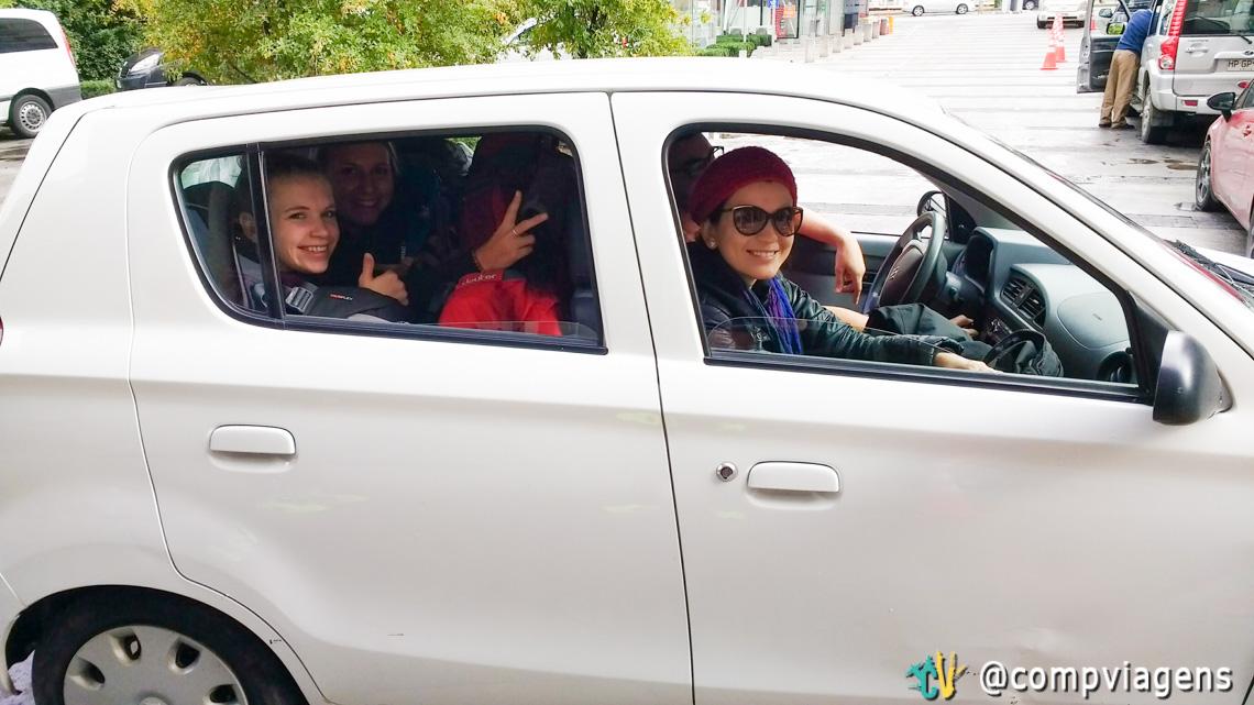 """Nosso carro """"Peor es nada"""" com 4 tripulantes (eu e Fred, na frente, Martha e Julie atrás) e muita bagagem na saída de Santiago"""