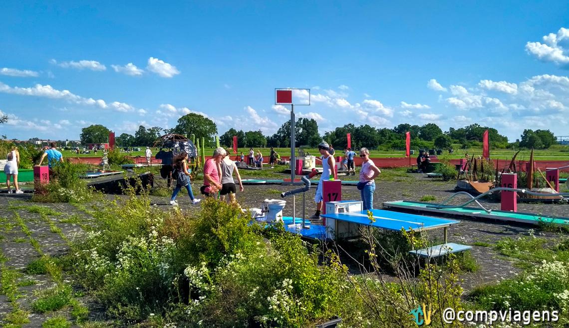 Jogando no ao minigolf ao ar livre no Tempelhofer Feld