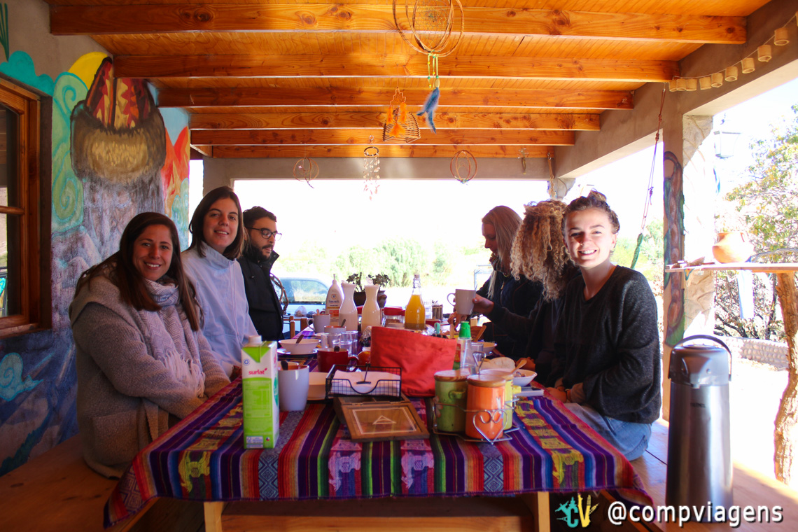 Mesa farta do café da manhã e a turma hospedada quando estivemos lá