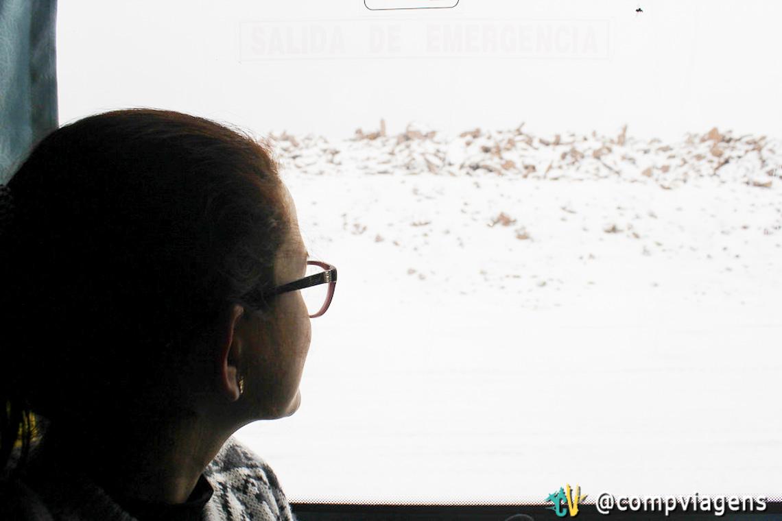 De olho na neve, doida pra descer do ônibus