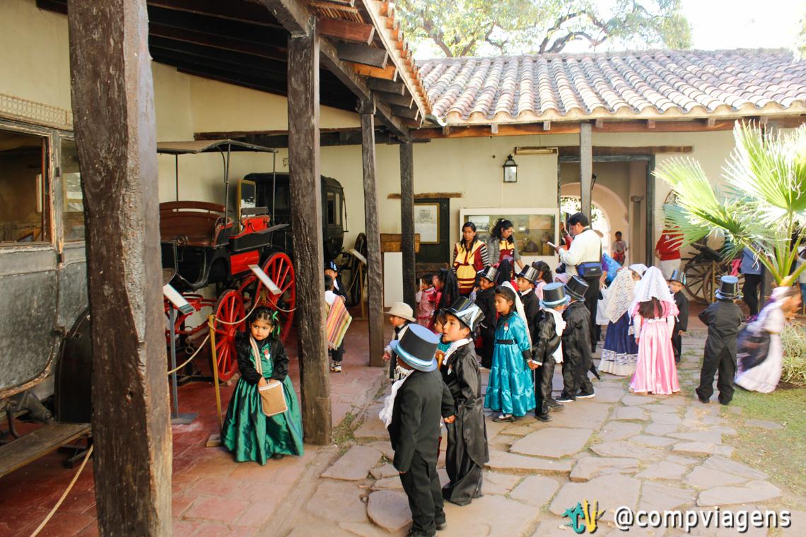 Crianças vestidas com roupas de personagens da história argentina no Cabildo