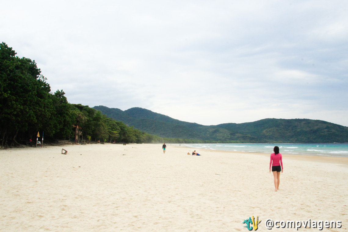 A faixa de areia da praia é bem extensa