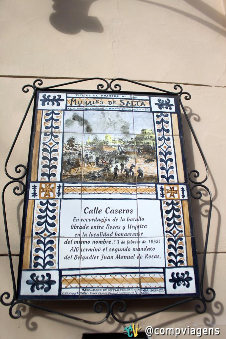 Plaquinha com o nome da rua em Salta