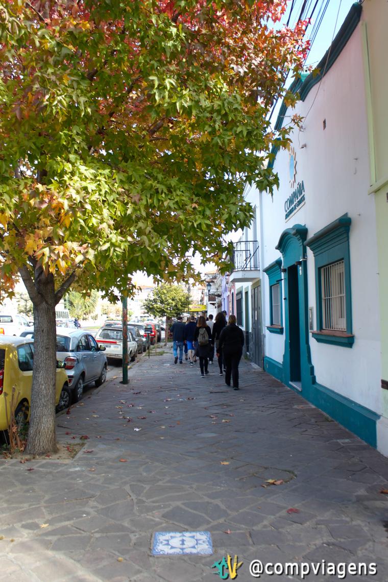 Azulejos nas calçadas indicam rota turística em Salta