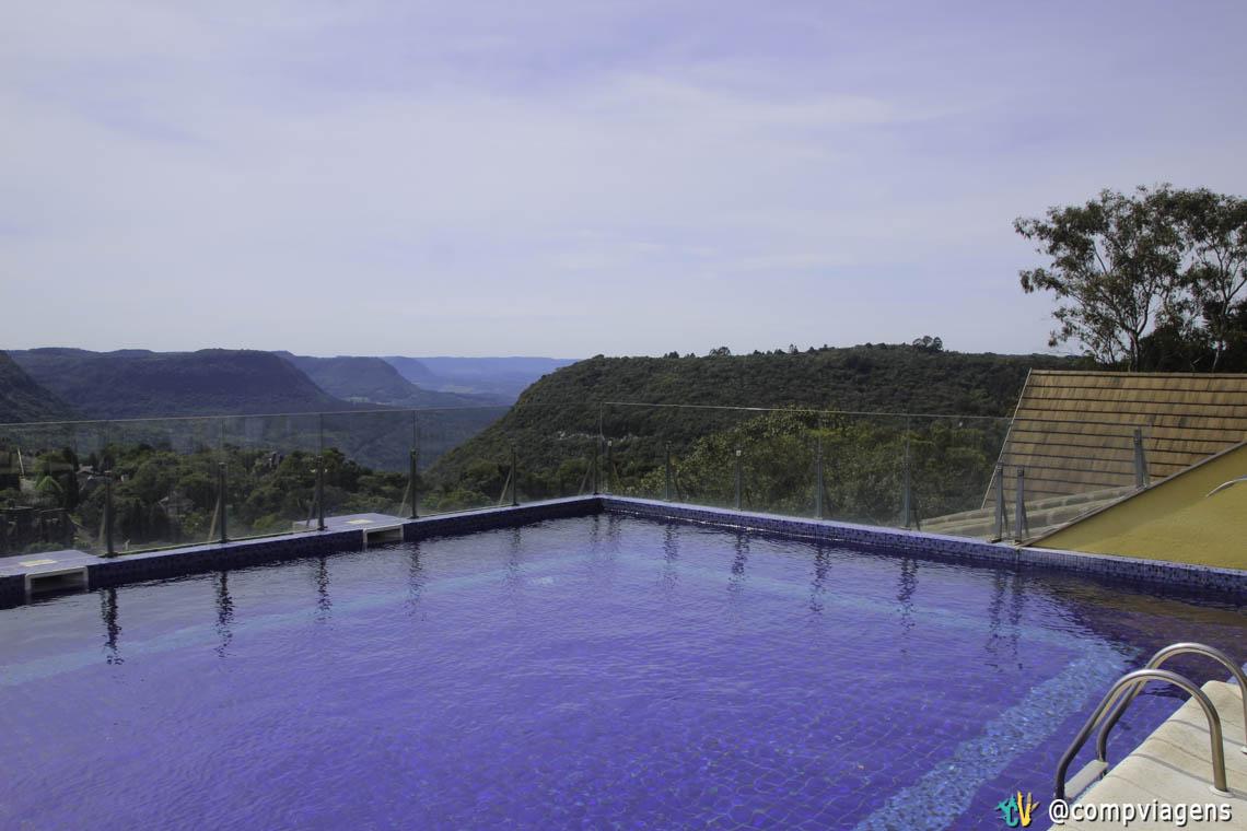 Vista da piscina do hotel Master Premium Gramado para o Vale do Quilombo