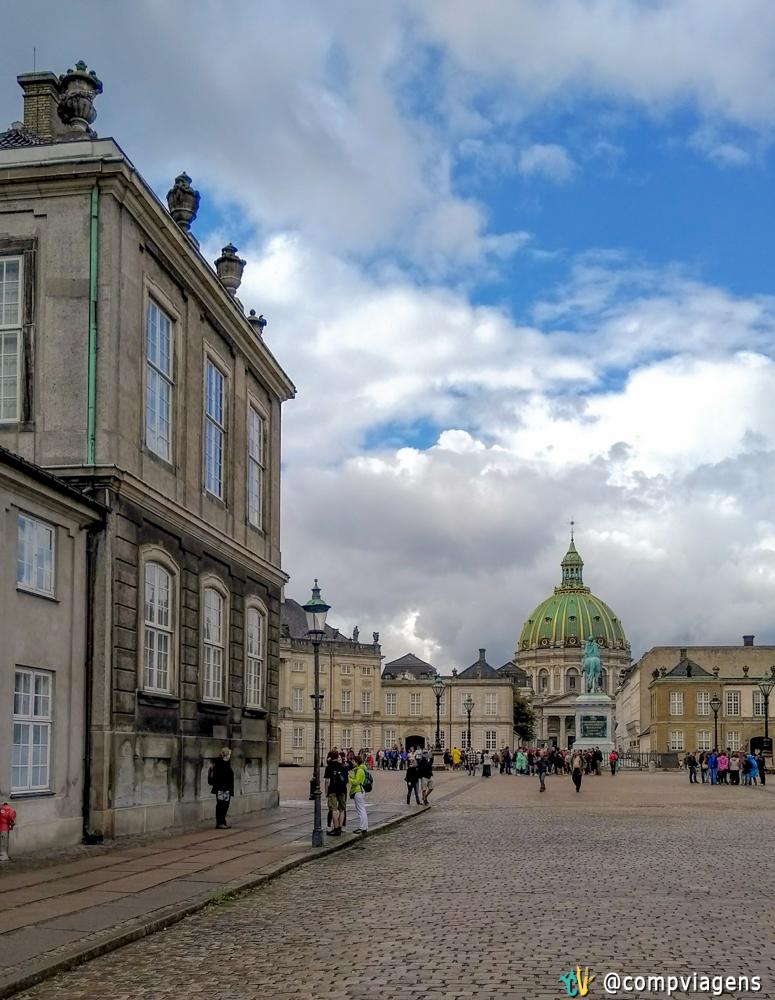 Entrada Amalienborg Castelo, três palácios são mostrados na foto com a Igreja Frederiks em segundo plano