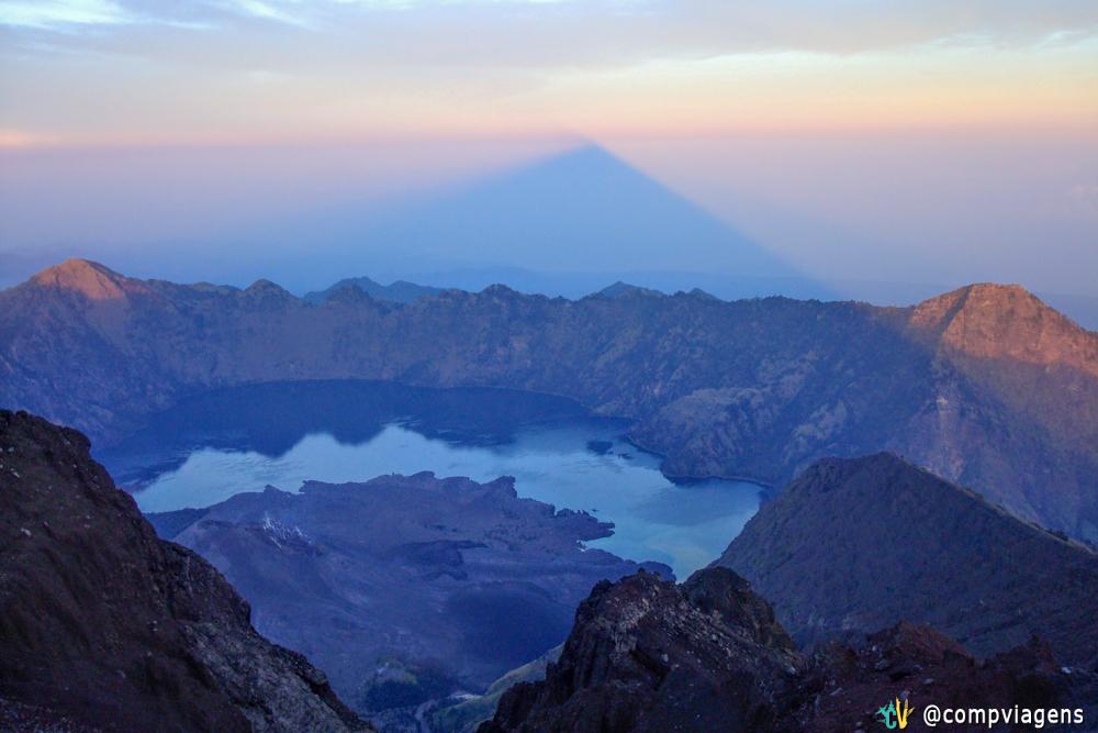 Bonita vista do lago com a sombra do Mt. Rinjani projetada dentro das nuvens no nascer do sol, segundo dia