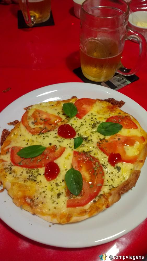 Pizza e chopp na Máquina do Tempo. Detalhe para o porta copos de disquete,