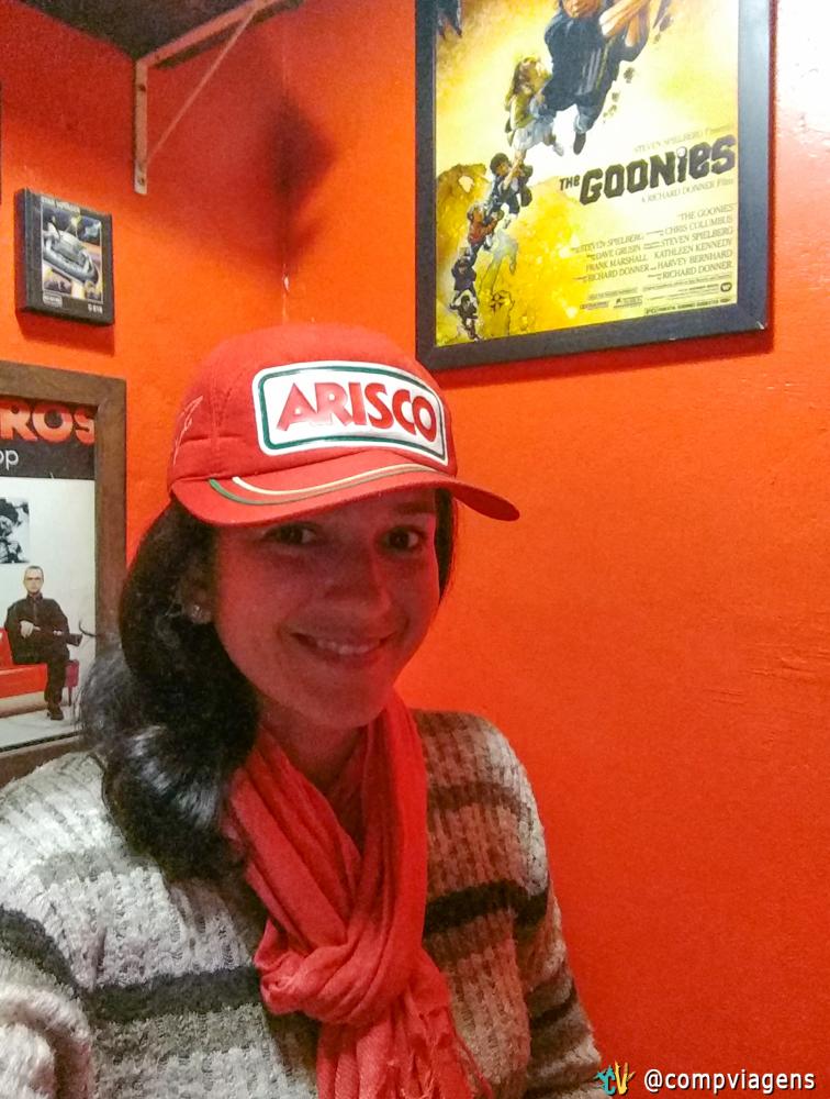 Com boné da Arisco (lembram da Xuxa?) e pôster dos Goonies