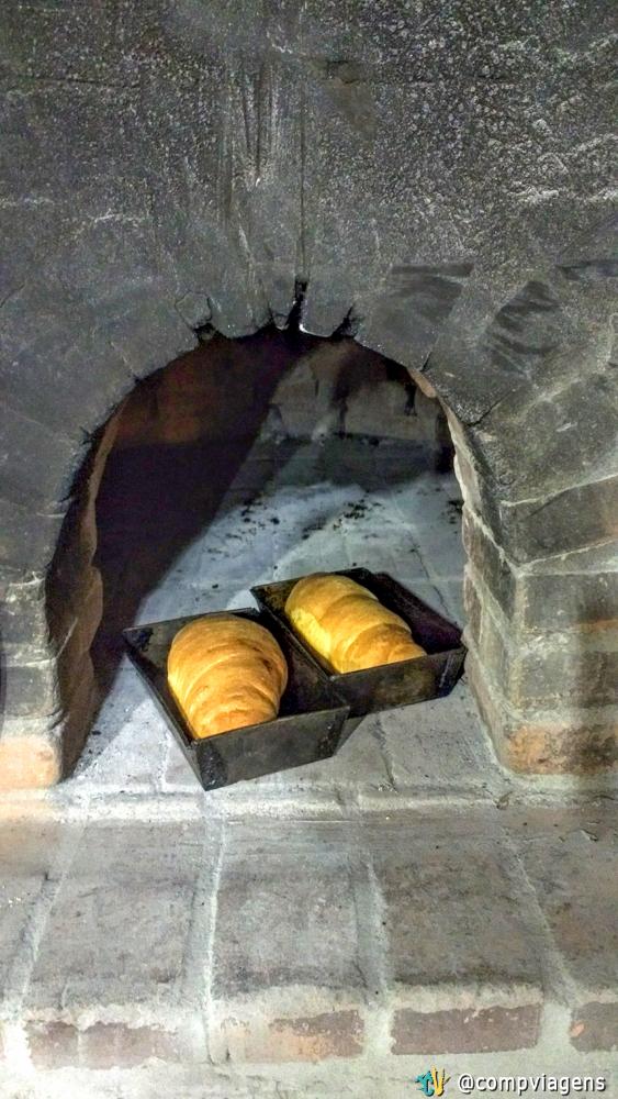 Pão feito no forno à lenha de Dona Zulmira