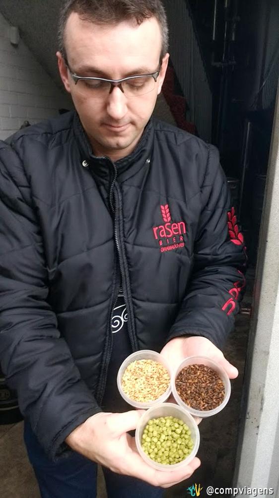 Guilherme, um dos proprietários da cervejaria, nos mostrando alguns ingredientes da cerveja, durante a nossa visita