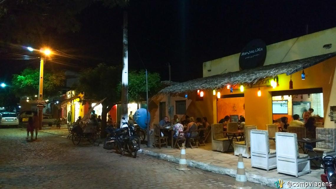 Restaurantes na rua principal de São Miguel
