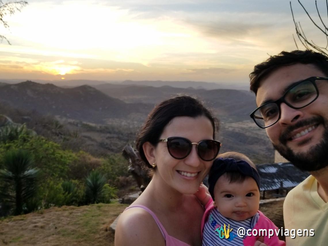 Com papai e mamãe aproveitando o pôr do sol